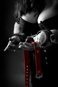 Frau-mit-Nippelklemmen-und-Halsband