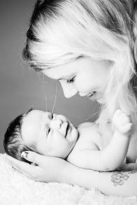 Mutter-hat-Baby-im-Arm-Fotostudio-blendenspiel