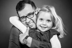 Vater-umarmt-Tochter-Fotostudio-blendenspiel