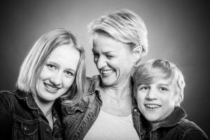 Mutter-umarmt-Kinder-Fotostudio-blendenspiel