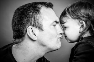 Vater-spielt-mit-Sohn-Fotostudio-blendenspiel