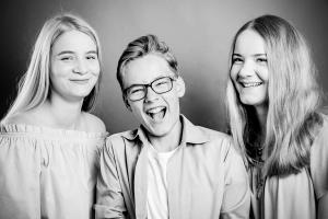 Teenager-lachen-Fotostudio-blendenspiel