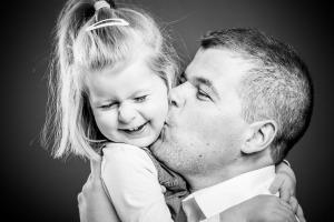 Vater-küsst-Tochter-Fotostudio-blendenspiel