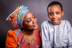 Mutter-ist-stolz-auf-Sohn-Fotostudio-blendenspiel