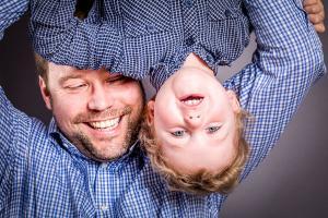 Vater-tobt-mit-Sohn-Fotostudio-blendenspiel-