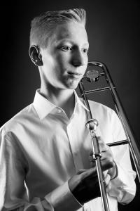 Teenager-spielt-Trompete-Fotostudio-blendenspiel
