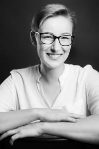 Junge-Frau-lächelt-Fotostudio-blendenspiel