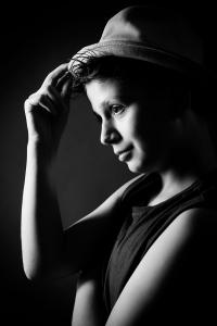 Kind-Teenager-Hut-Pose-Fotostudio-blendenspiel