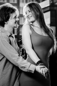 Paarfoto-outdoor-Verlobung-tanzend-Fotostudio-blendenspiel