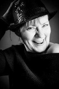 Frau-mit-Hut-lacht-hat-Spaß-Fotostudio-blendenspiel