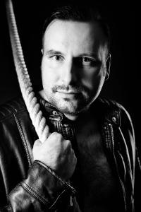 Mann-mit-Lederjacke-Seil-schaut-Fotostudio-blendenspiel